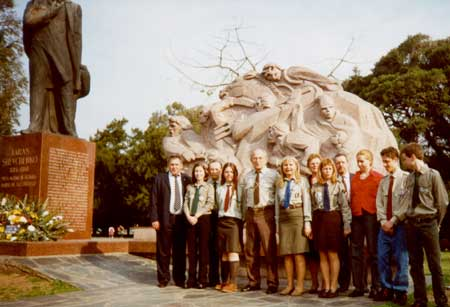 CYM members lay a wreath at the T.Shevchenko Memorial in Buenos Aires, 24 August 2002