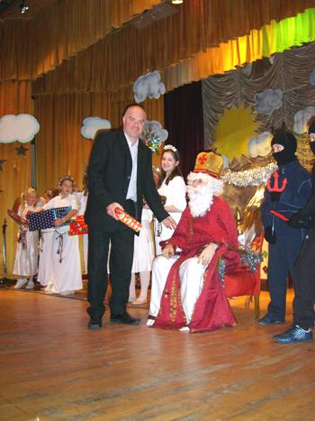 Head of CYM Andriyj Demtschuk receives a present from St Nicholas
